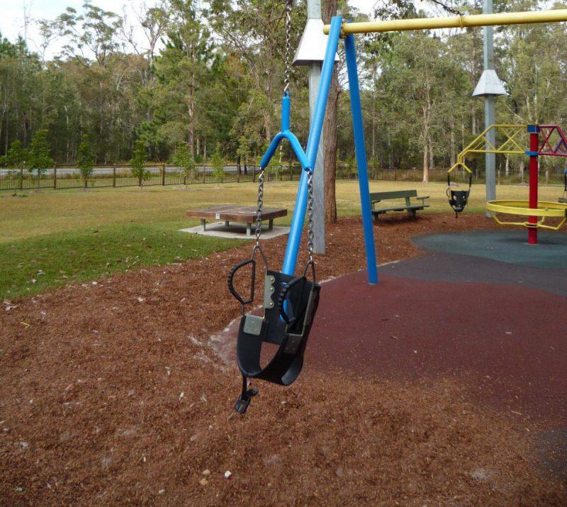 写真:ターザンロープに吊られているシート。先の回転遊具のサポートタイプのシートと同様のものが吊られている