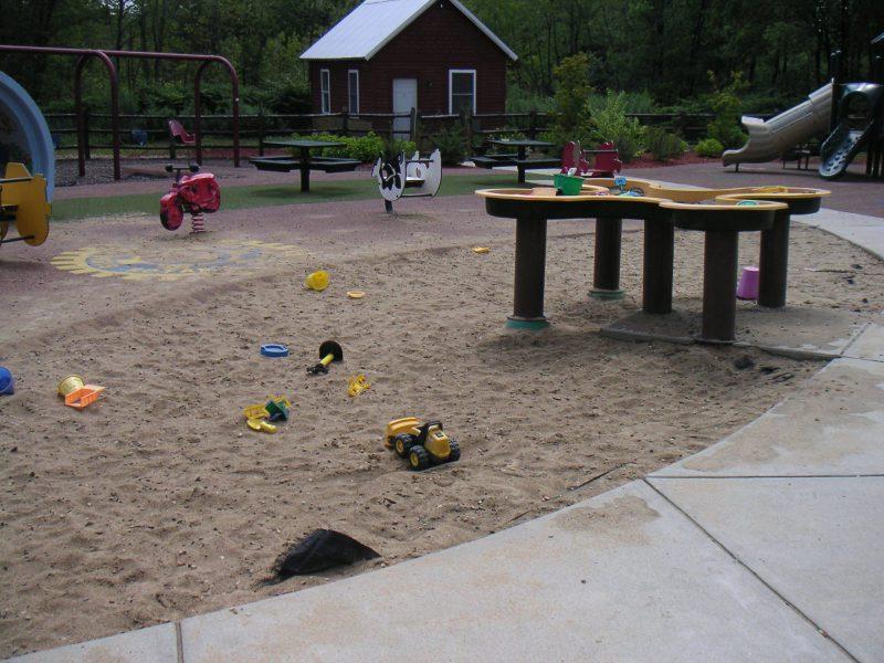 写真:砂場の中に設けられたテーブル状の砂場台