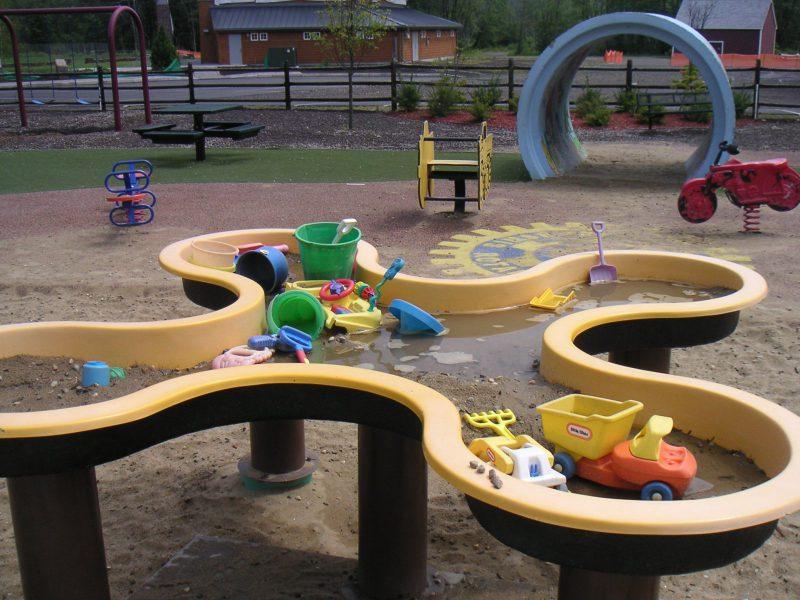 写真:玩具がいっぱいの砂場台