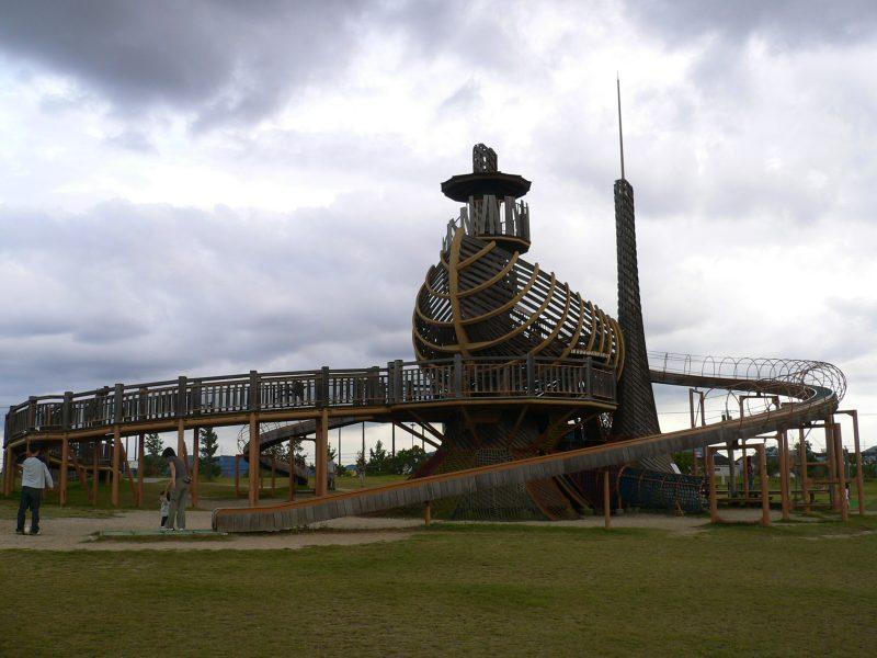 写真:大きな木製複合遊具