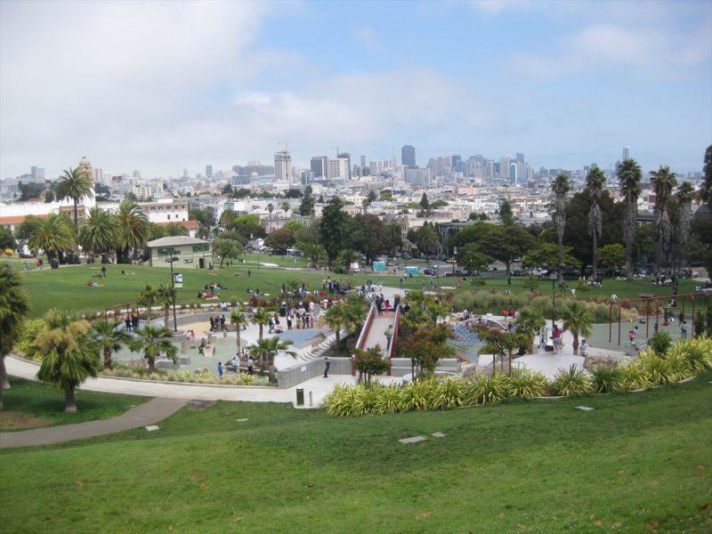 写真:芝の斜面の途中にある遊び場の全景