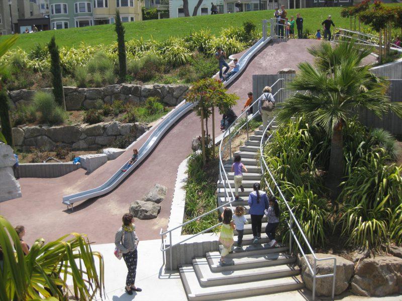 写真:傾斜地を利用した長い滑り台とその脇の階段