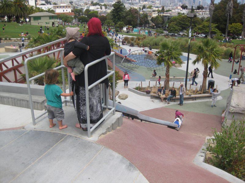 写真:滑り台の頂上デッキに立つ親子