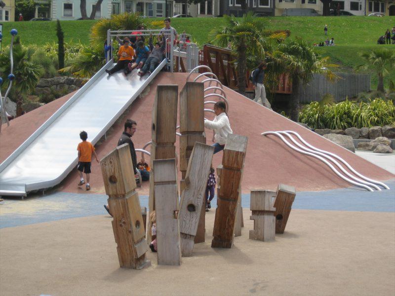 写真:表面に穴や溝が彫られた木柱が10本ほどランダムに突き出した遊び場