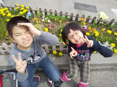 写真:並んでピースサインと笑顔の北川さんのお子さん2人