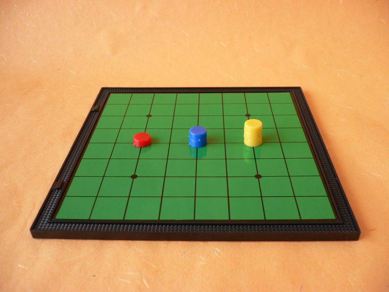 写真:オセロゲームの台の上に置かれた円いマグネット