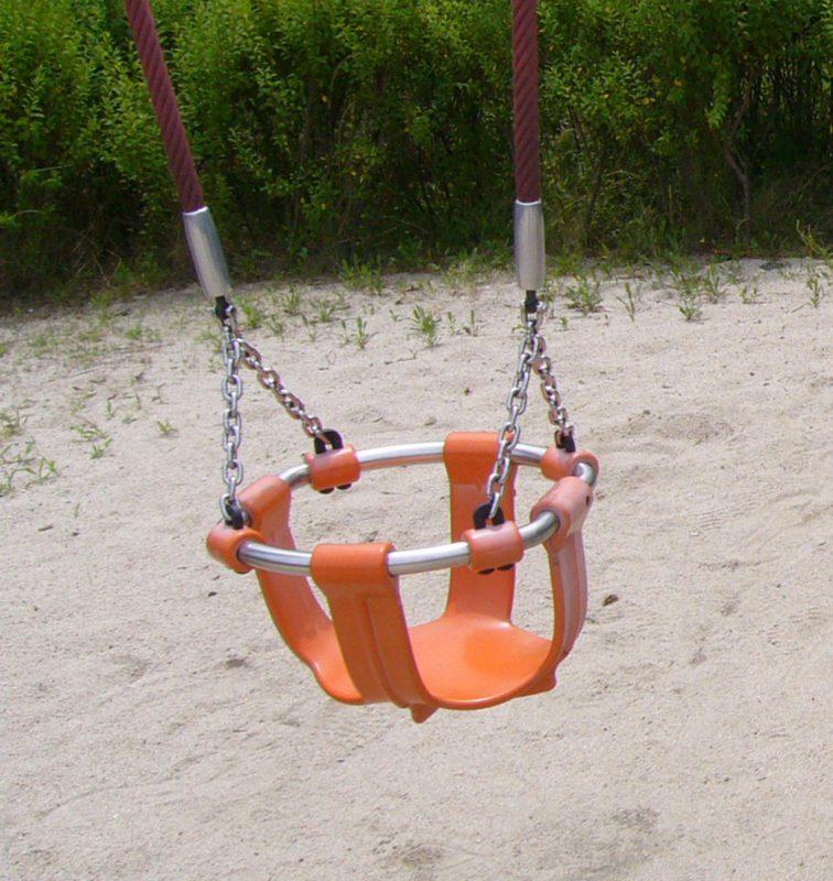 写真:腰の辺りまでカバーされた幼児用のバケットシートブランコ