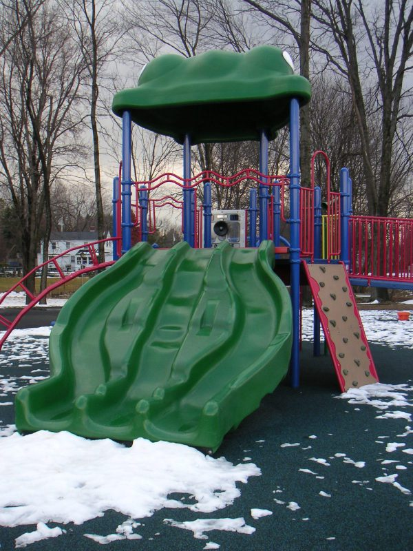 写真:滑り台。周囲の地面には所々雪が残る