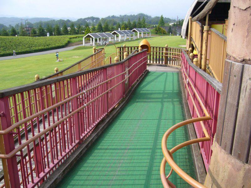 写真:床に緑のシートが敷かれたスロープ