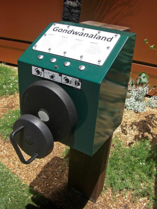 写真:柱に取り付けられたボックス。正面にハンドル付きの円盤