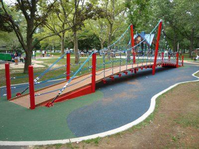 写真:遊び場の吊り橋