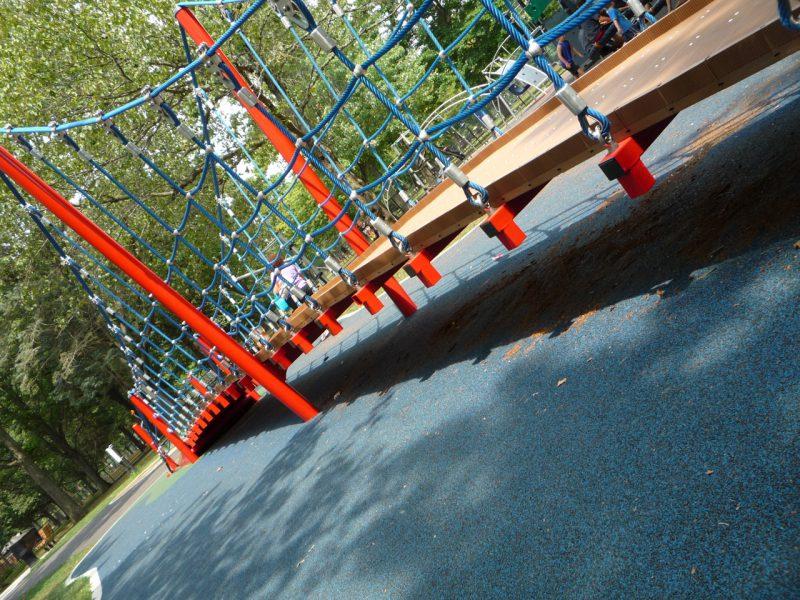 写真:幅1メートル、長さ15メートルの、中央が盛り上がった吊り橋