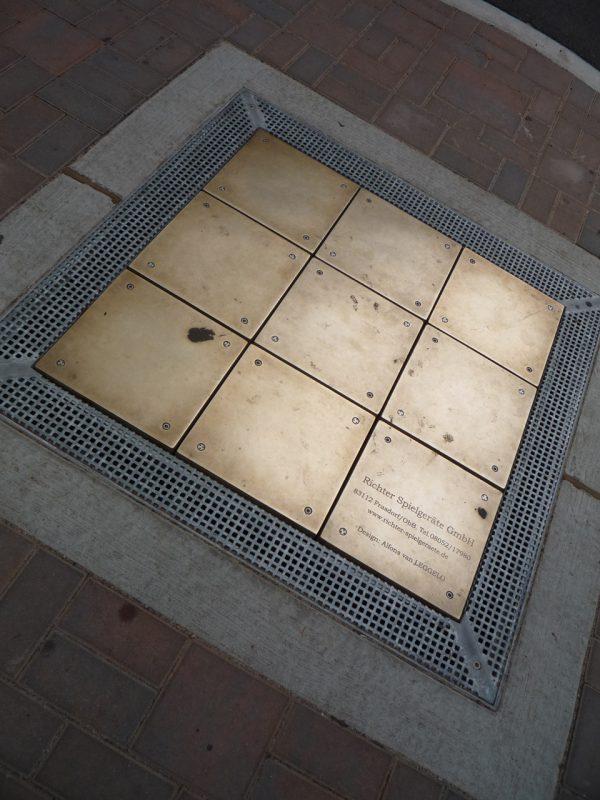 写真:そこには正方形の金属製パネルが、縦横3枚ずつ並んでいる