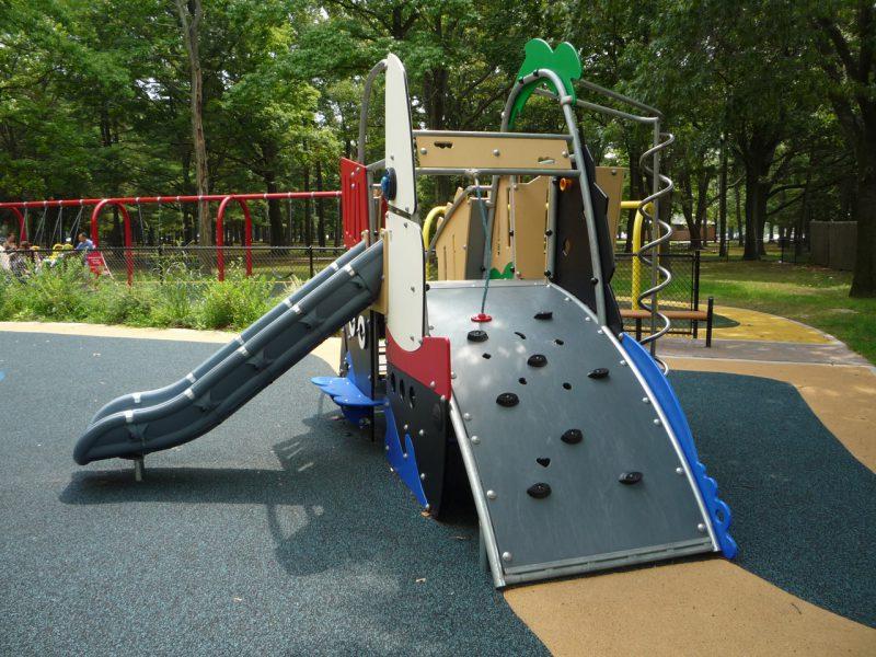 写真:緩やかな傾斜のウォールクライミング付きの複合遊具