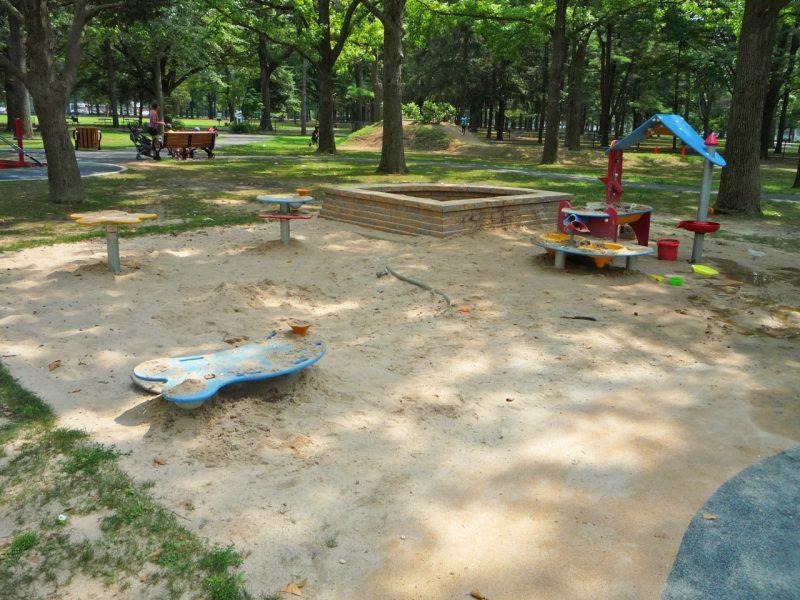 写真:砂場。砂遊びテーブルは砂場の中にあるためアクセシブルではない