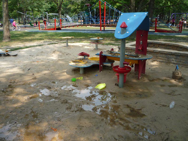 写真:水遊び場。周りは水たまりがいっぱいの泥んこ状態