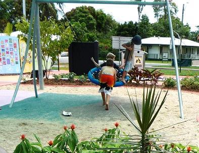 写真:ネットの皿型ブランコで遊ぶ子どもたち