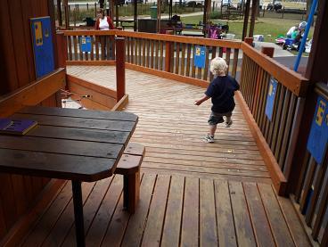 写真:スロープを下りていく小さな子ども