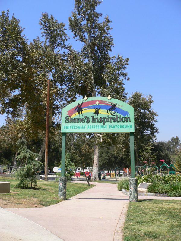 写真:公園入り口の看板ゲート