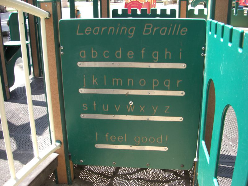 写真:アルファベットが書かれたプレイパネル