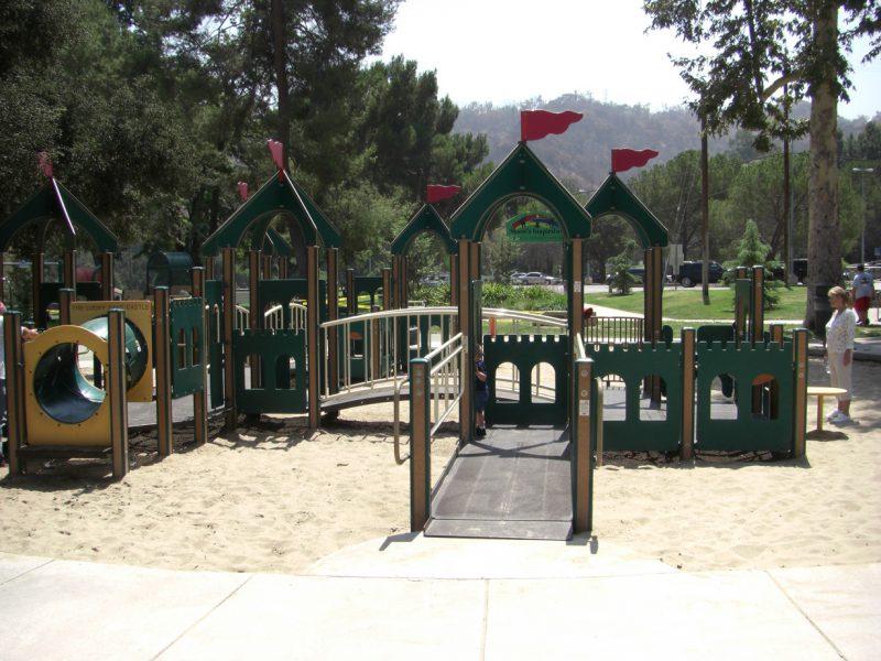 写真:砂場の中にある複合遊具