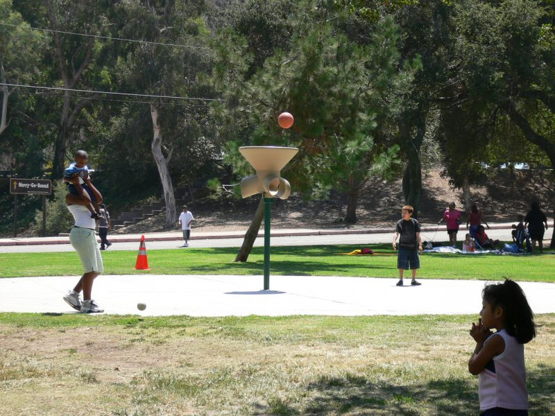 写真:ボールをゴールに投げ入れて遊ぶ子ども