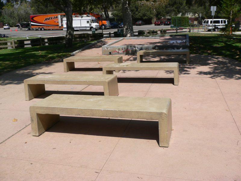 写真:小さなステージと客席のベンチ