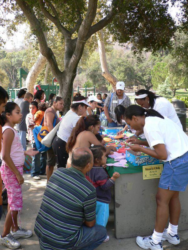 写真:工作コーナーに集まる子どもたち