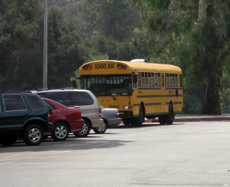 写真:駐車場にとめられた黄色いスクールバス