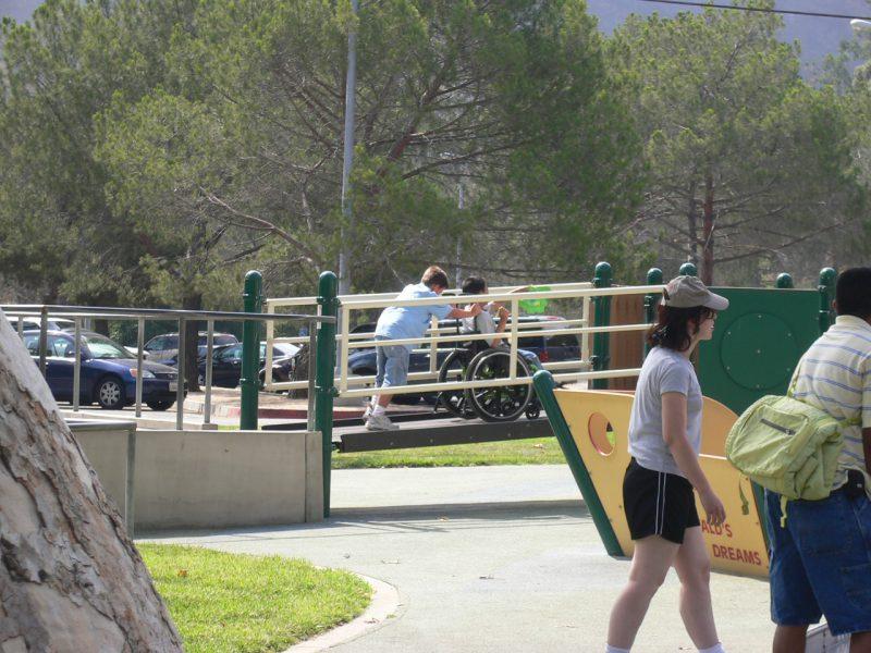 写真:複合遊具のスロープを駆け上がる子どもたち