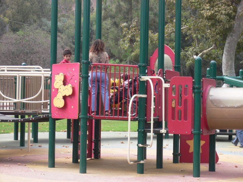 写真:プレイパネルで遊ぶ女の子と母と兄