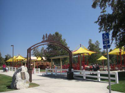 写真:遊び場のアーチ門