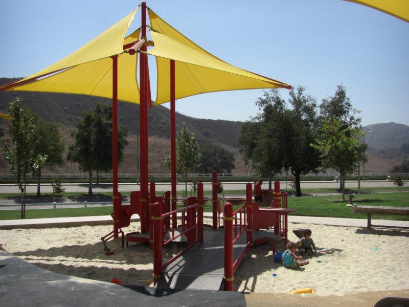 写真:砂場の中にあるプレイデッキ