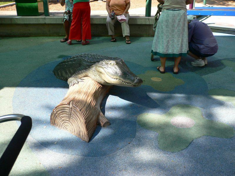写真:遊び場の地面にあるリアルなワニのオブジェ