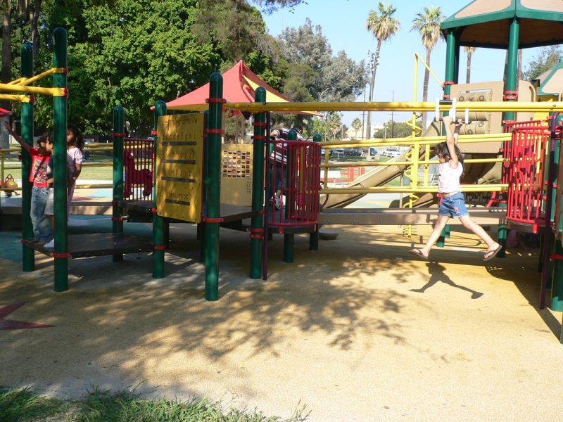 写真:複合遊具を走り回ったり、順番を待ったりしている子どもたち
