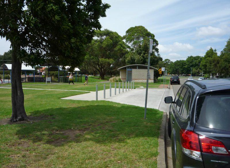 写真:芝地の一部をセットバックしコンクリート舗装した乗降スペース