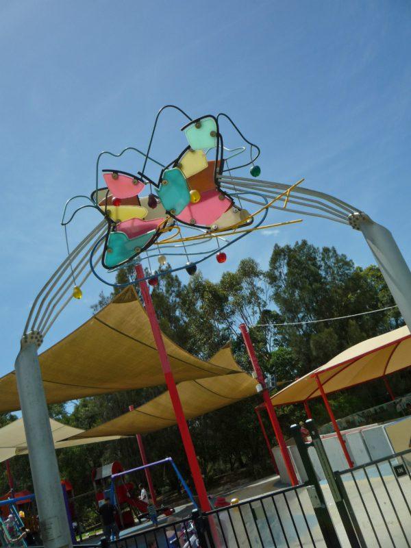 写真:遊び場入り口のアーチにカラフルで抽象的なオブジェ