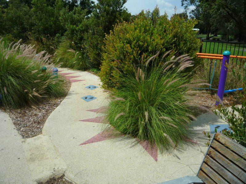 写真:両脇には多彩な草木が植えられている