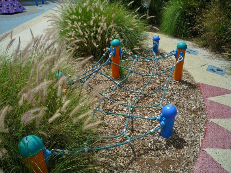 写真:小道の脇にあるネット遊具