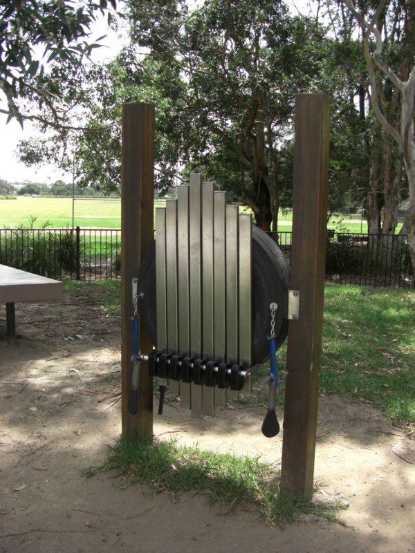 写真:大型の鉄琴の鍵盤を垂直に立てたような遊具