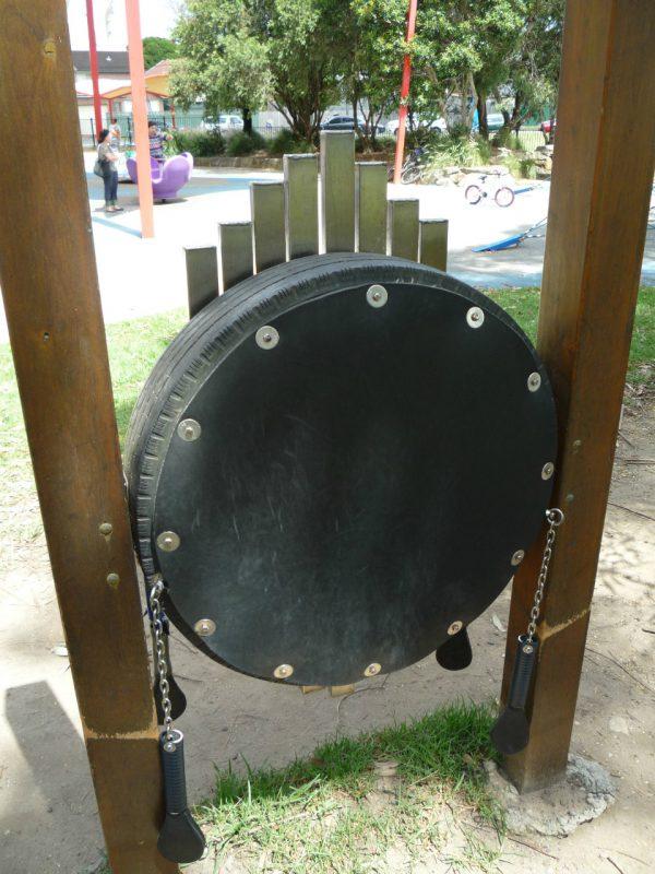 写真:鉄琴の裏には、大きなタイヤを再利用した太鼓。