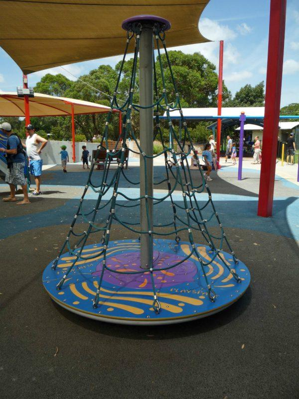 写真:ターンテーブルの上に円錐状のネットを張ったような回転遊具