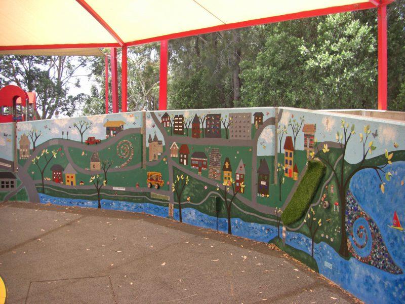 写真:町の様子を素朴なタッチで描いた壁画