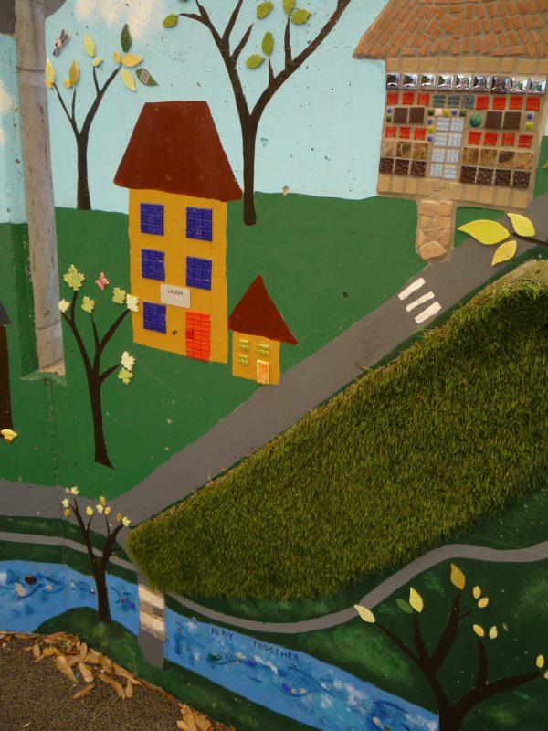 写真:緑地を表す部分に貼りつけられた人工芝