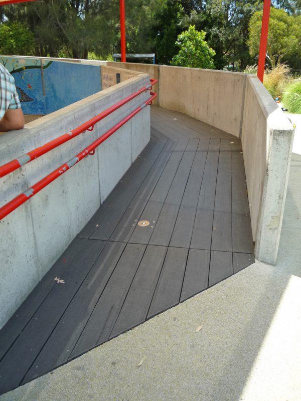 写真:コンクリート塀の間にあるスロープ。幅は広く勾配も緩やか