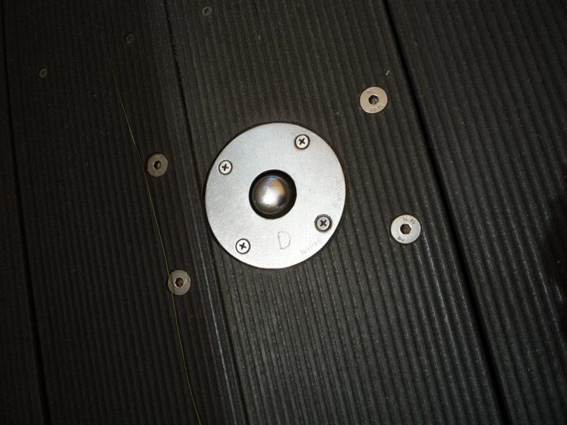 写真:黒い床板に設置された金属製の突起