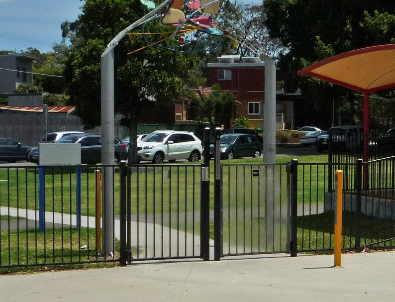 写真:公園を囲む柵と出入り口のゲート