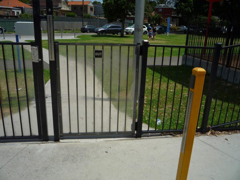 写真:柱は入り口と出口、それぞれの手前に立っている