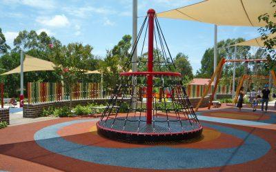 写真:円錐形のネットで囲まれた大きな回転遊具