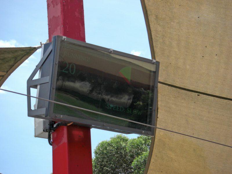 写真:電光掲示板。選択されている速さ(この時はSLOW)と回転が止まるまでの残り時間を示している